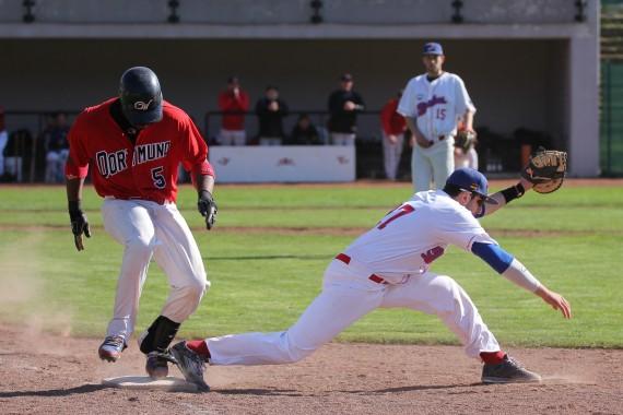 Marcos Balanque (li.) hier noch knapp Aus an der ersten Base, setzte mit einem Homerun den Schlusspunkt (Foto: Sascha Schneider, US-Sports.tv, www.sushysan.de)