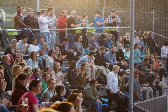 Gut gefüllte Tribünen beim Nightgame zwischen den Mainz Athletics und Bad Homburg Hornets am Freitag (Foto: Tanja Szidat)