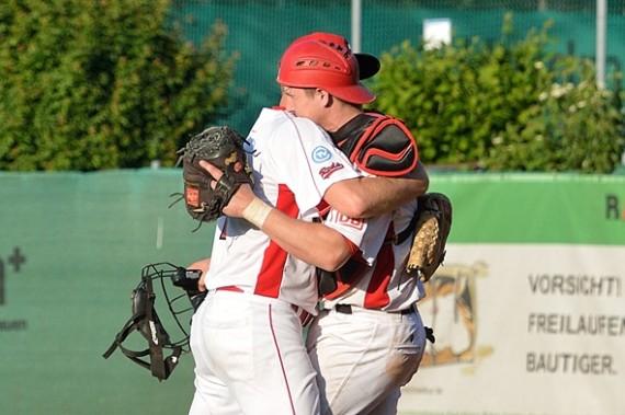 Pitcher David Rider und Catcher Quinn Tiernan liegen sich nach dem Sieg der Reds gegen die Heideköpfe in den Armen  (Foto: Iris Drobny, www.drobny.photography)